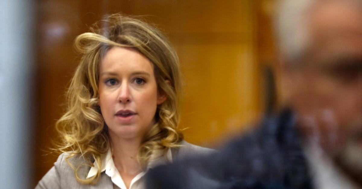 الیزابت هولمز در دادگاه